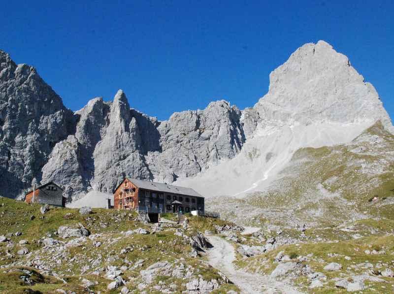 Im August Urlaub ist die Lamsenspitze mit dem Klettersteig oberhalb der Lamsenjochhütte ein tolles Ziel im Karwendel