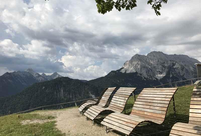 Das sind die beliebten Aussichtsbänke am Gipfel des hohen Kranzberg in Mittenwald
