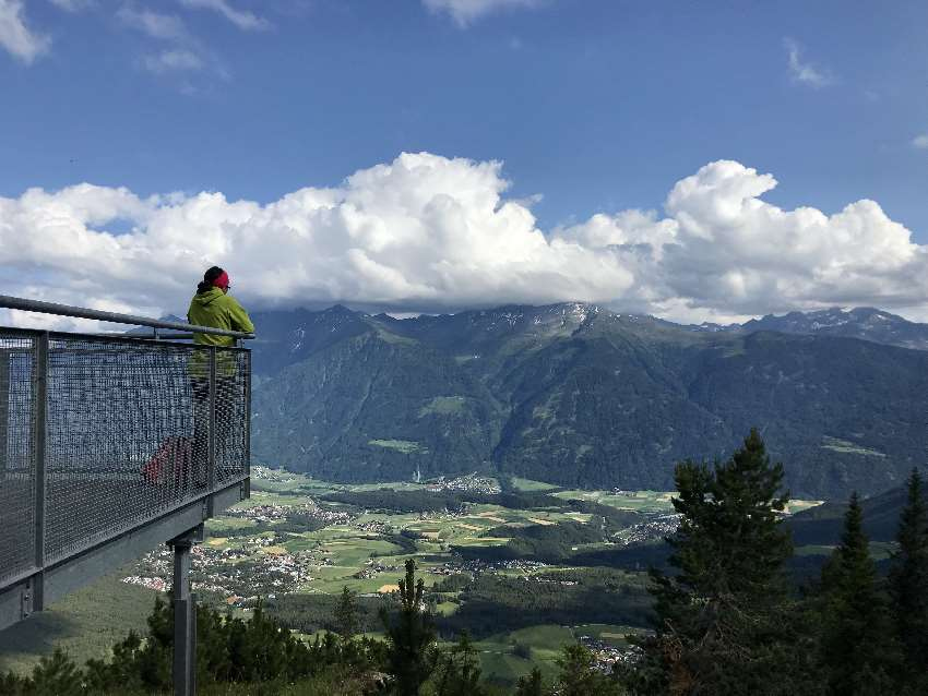 """Hüttenurlaub mit Kindern: Das ist die Aussichtsplattform """"Lacke"""" oberhalb vom Lehnbachhaus, Mieming"""