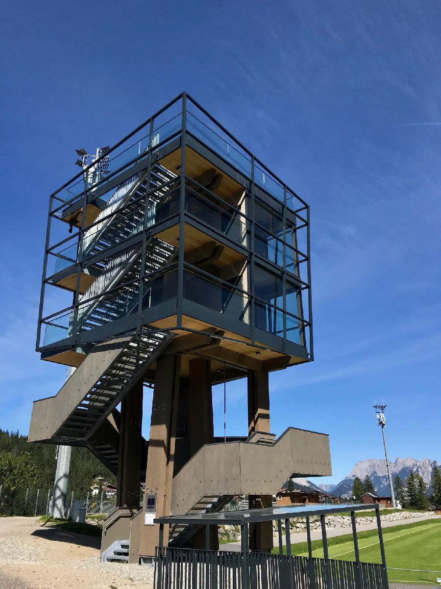 Eine der neuesten Seefeld Sehenswürdigkeiten: Der Aussichtsturm beim Sportzentrum