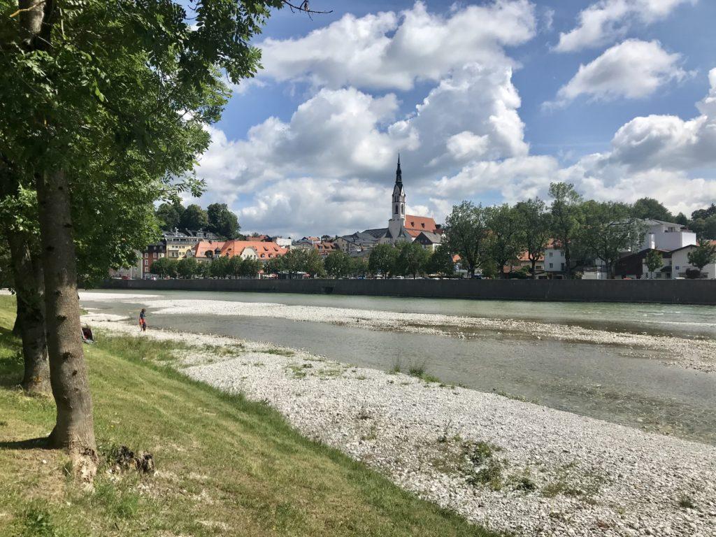 Unten an der Isar: Der Blick auf Bad Tölz und die Kiesbänke der Isar