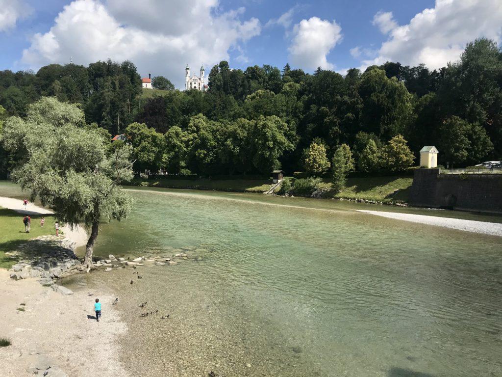 Nochmal an der Isar: Der Blick auf den Kalvarienberg Bad Tölz