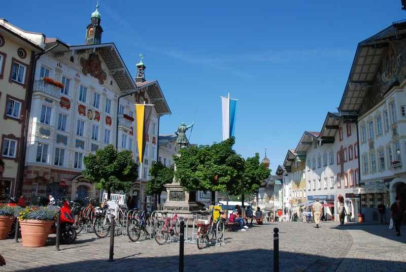 Die Fußgängerzone in der Marktstraße mit den historischen Häusern gehört auf jeden Fall zu  den Bad Tölz Sehenswürdigkeiten in Bayern
