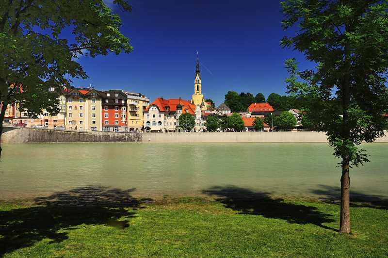 Das ist Bad Tölz Urlaub im Frühling an der Isar - türkisgrüner Bergfluß und blauer Himmel, Foto: ZUK Benediktbeuern