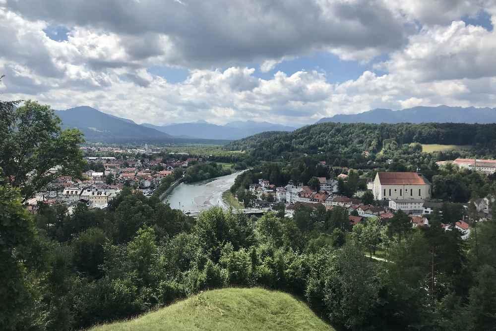 Tonio und Julia Drehort Kalvarienberg mit Aussicht über den Ort, die Isar und das Karwendel
