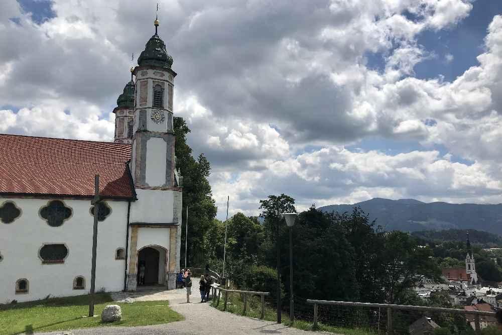 Das ist die bekannte Kirche am Kalvarienberg in Bad Tölz, Wanderwege führen vom Ort herauf