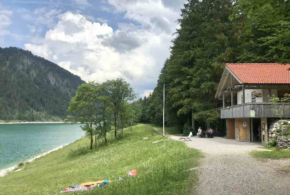 Hier geht es zum Baden Sylvensteinsee, die Wasserwacht ist zur Badesaison auch da