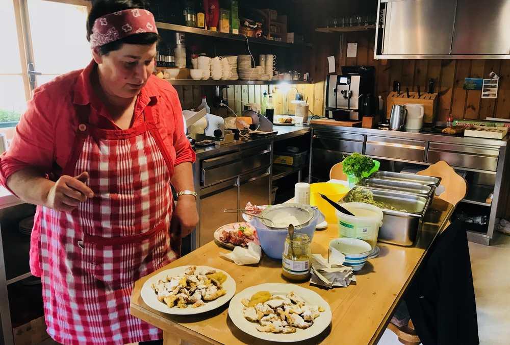 Wer will kann bei der Bärenbadalm einkehren - hier die Zubereitung des Kaiserschmarrn in der Küche