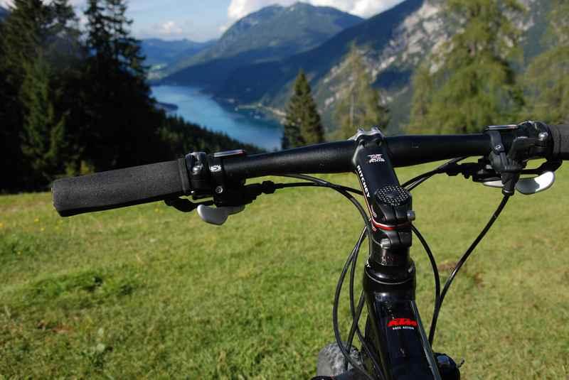 Zur Bärenbadalm mountainbiken am Achensee, Achenseeblick unweit der Alm