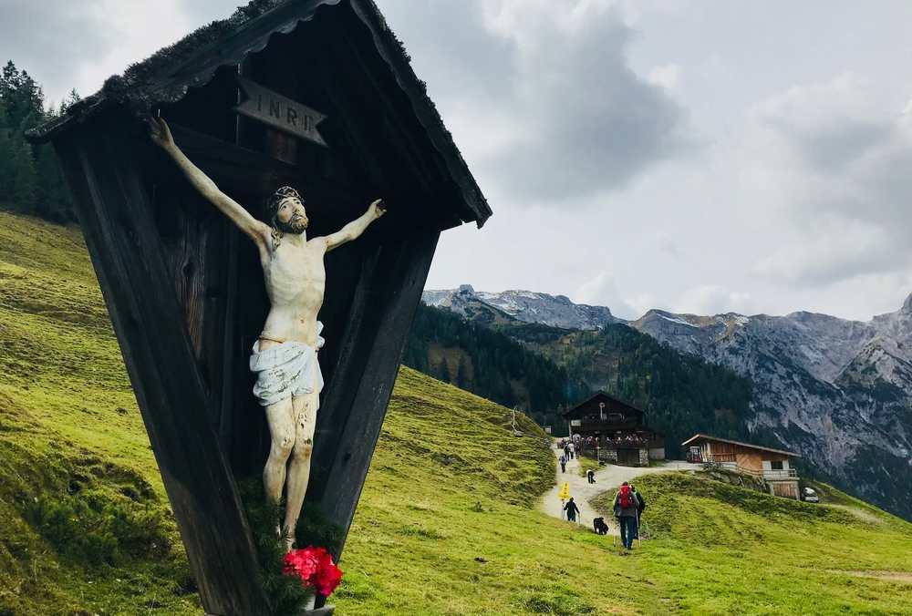 Von der Bärenbadalm geht es zu Fuß weiter - hinter der Alm beginnt der Wanderweg zum Weissenbachsattel