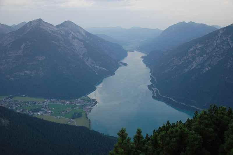 Das ist die Aussicht auf den Achensee am Bärenkopf Gipfel