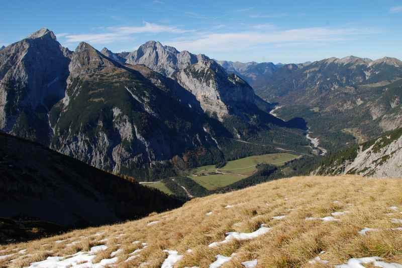 Vom Bärenlahner Sattel sieht man hinüber ins Risstal im Karwendel