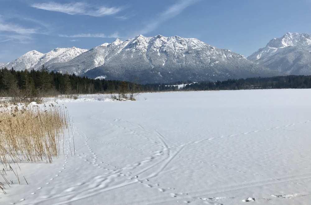 Und das ist dein Blick über den winterlichen Barmsee - hinten das Karwendel