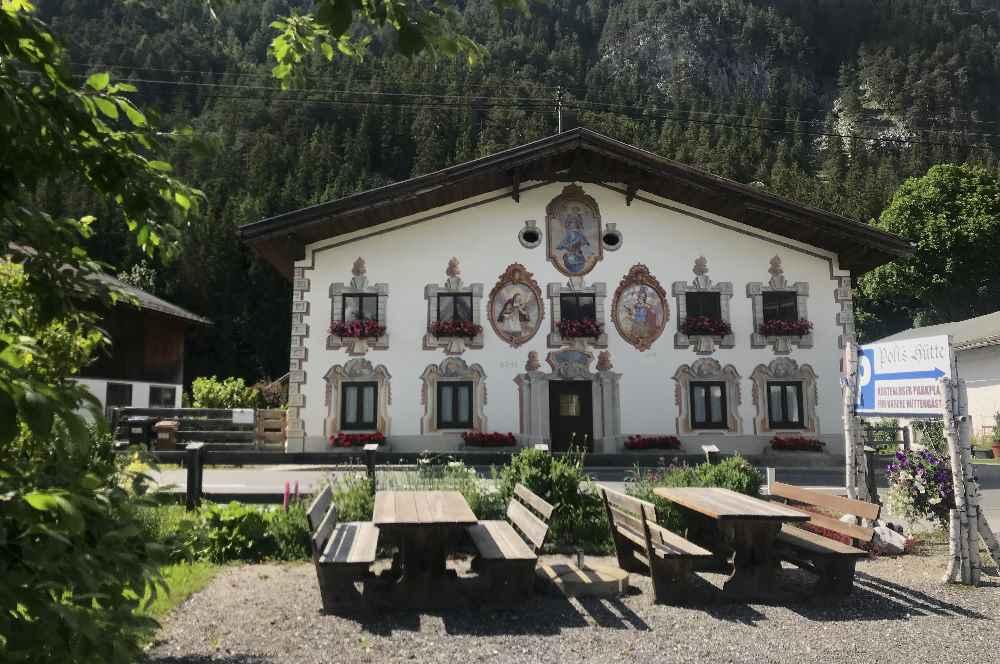 Früher bewirtschaftete die Familie den Pohlhof im Bild. Das Gebäude ist heute noch zu sehen - gegenüber von Poli´s Hütte