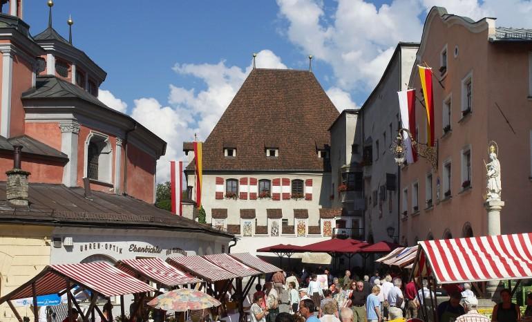 Der Bauernmarkt in Hall in Tirol mit dem Rathaus, Bild: www.hall-wattens.at