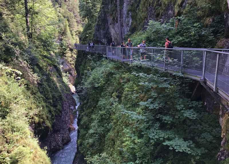 Mittenwald wandern: Immer oberhalb des Bachs führt der eiserne Steg durch die Leutaschklamm