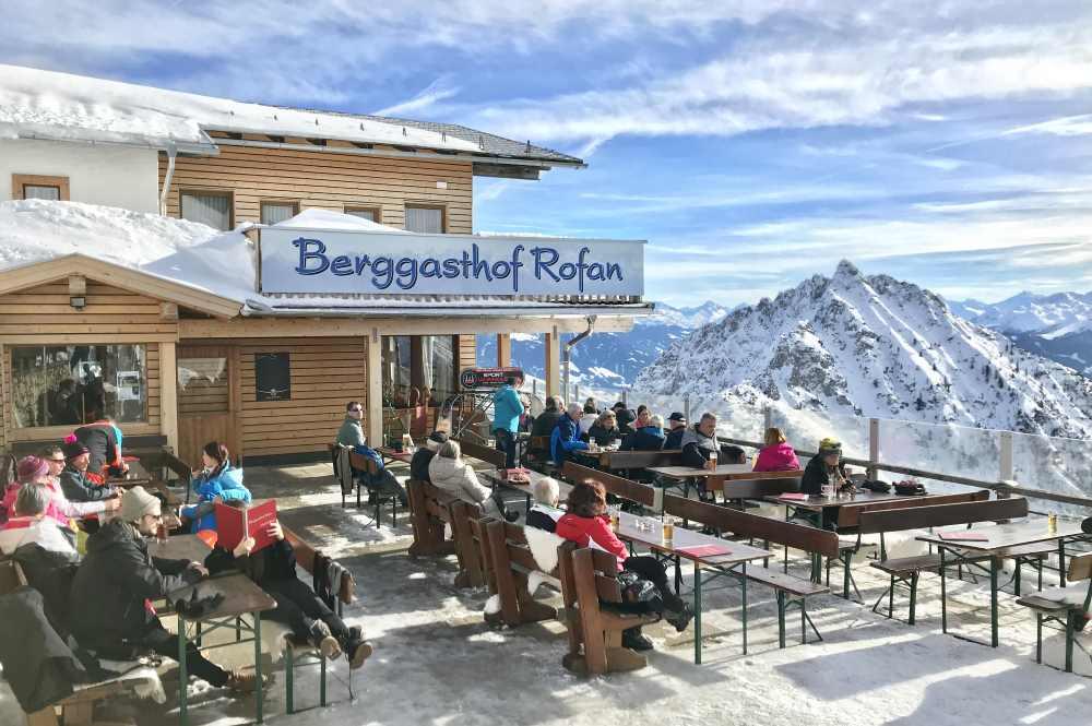 So geniesst du nach der Pistenskitour den Blick aus dem Liegestuhl beim Berggasthof Rofan