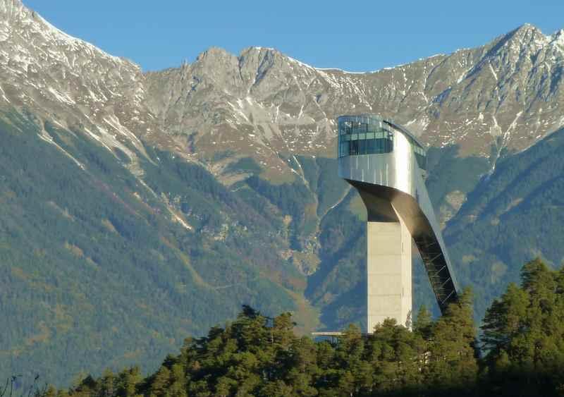 Die bekannte Sprungschanze der Skispringer: Bergisel Innsbruck, hinten das Karwendel