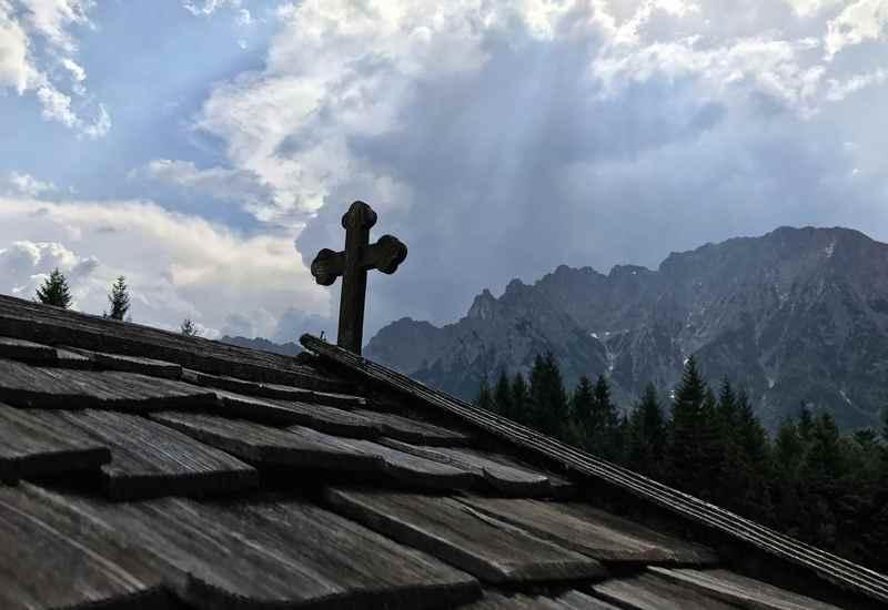 Kranzberg Wanderung: Stimmungsvolle Bergkulisse mit den Wolken und dem Karwendelgebirge