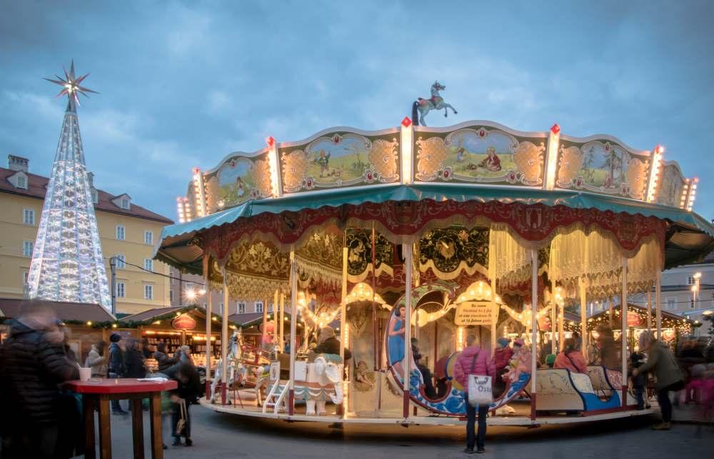 Auf dem Weihnachtsmarkt mit Kindern: Der Christkindlmarkt am Marktplatz mit Karussell, Foto: Bergweihnacht Innsbruck