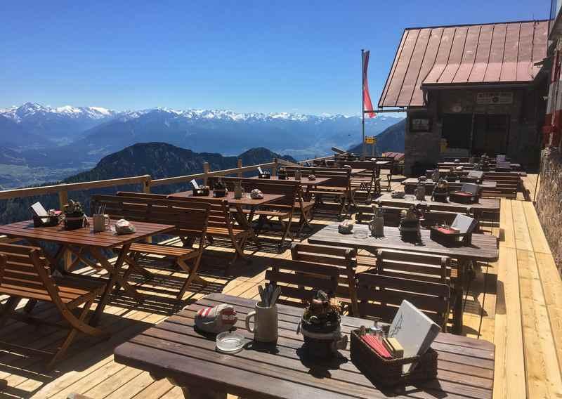 Der Ausblick von Bettelwurfhütte in Absam auf die Tuxer Alpen