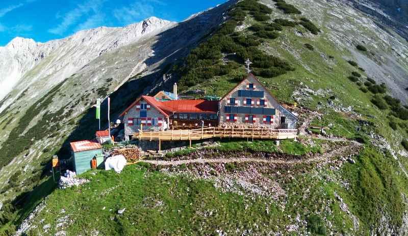 Die Bettelwurfhütte im Karwendel, weit über dem Halltal