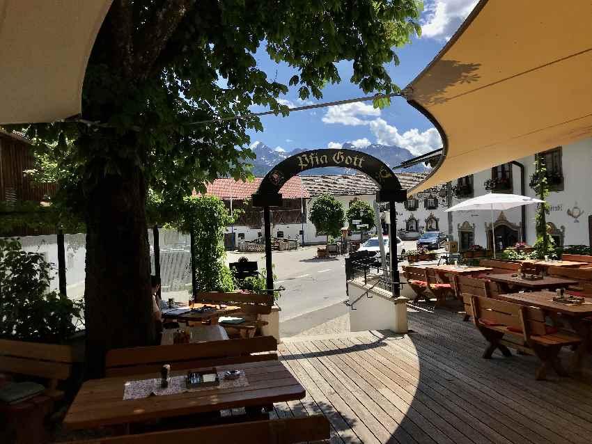 Gasthof Post Wallgau: Biergarten mit Bergblick - unter dem Sonnensegel findest du Schatten und Schutz