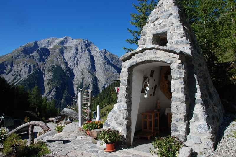 Einfach und mitten in den Bergen: Diese Kapelle aus Stein mitten im Karwendelgebirge