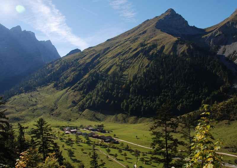 Bei der Binsalm Wanderung gibt es am Wanderweg einen schönen Blick auf den Ahornboden und die Engalm mit dem markanten Karwendelgebirge