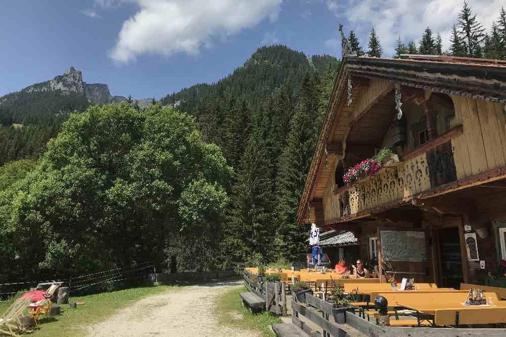 Die Buchauer Alm mit einer Bergspitze vom Rofan