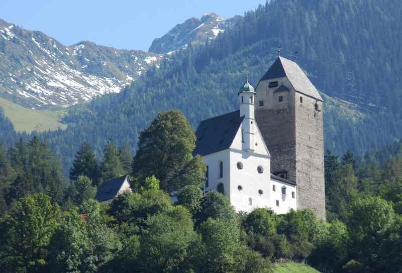 Die Burg Freundsberg oberhalb von Schwaz in Tirol
