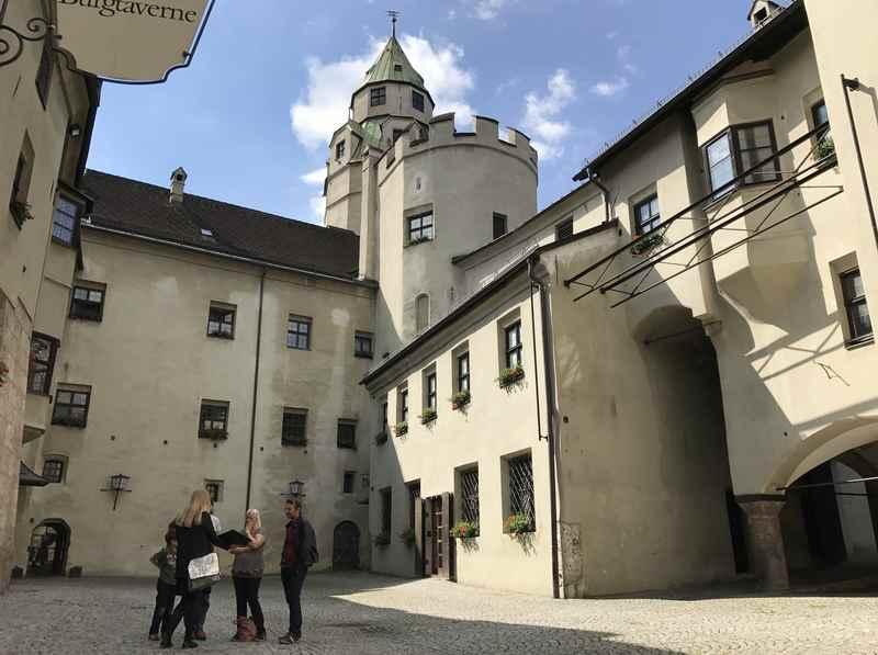 Wir stehen im Innenhof der Burg Hasegg und bewundern die historischen Gebäude