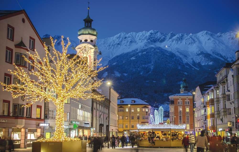 Das ist der Christkindlmarkt in Innsbruck in der Maria Theresien Straße, hinten der beleuchtete Bergkristall, Foto: Innsbruck Tourismus / Alexander Tolmo