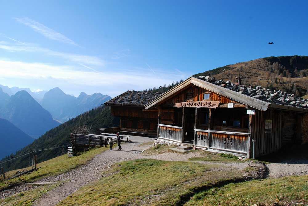 Die Dalfazalm im Spätherbst, eine beliebte Hütte im Rofangebirge