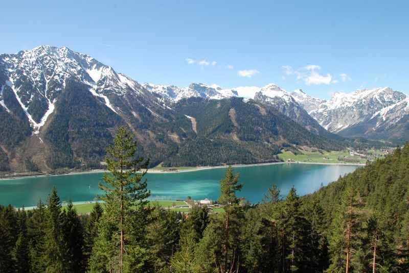 Am Achensee wandern und oberhalb des Wasserfall diesen Ausblick auf den See finden, hinten der Ort Pertisau und das mächtige Karwendel