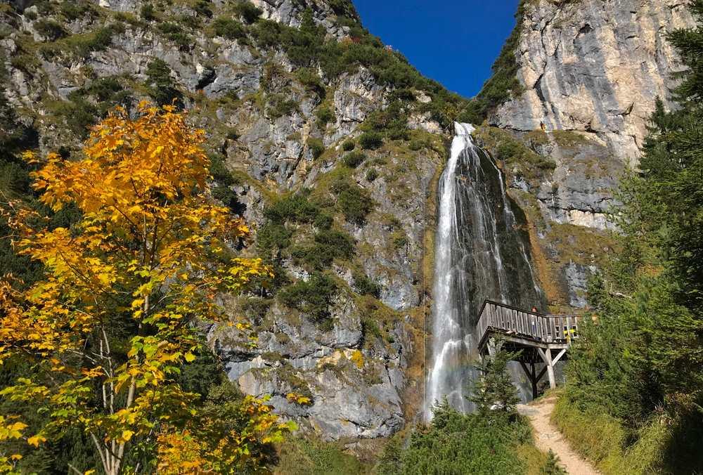 So schön herbstlich und sonnig ist es nachmittags am Dalfazer Wasserfall mit der Aussichtssichtsplattform