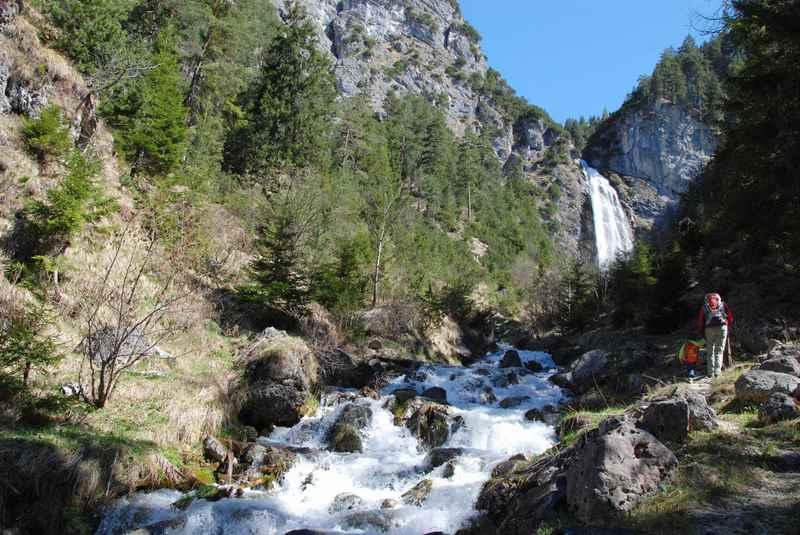 Auf dem Wandersteig zum Dalfazer Wasserfall wandern mit Kindern