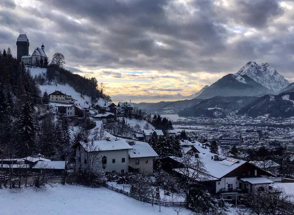 Stimmungsvoll sind Winterwanderungen im Dezember Urlaub durch den Schnee bei Sonnenuntergang