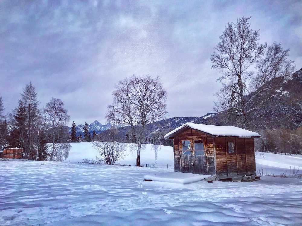 Bei einem Dezember Urlaub im Karwendel den frischen Pulverschnee geniessen