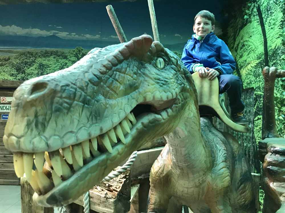 Ausflug ins Dinoland - für Kinder ist das Klettern auf den Dinosaurier der Hit