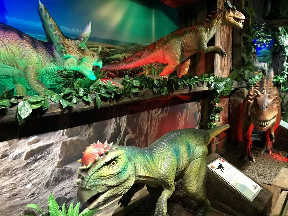 So viele Dinosaurier! Im Dinosaurierpark Tirol.