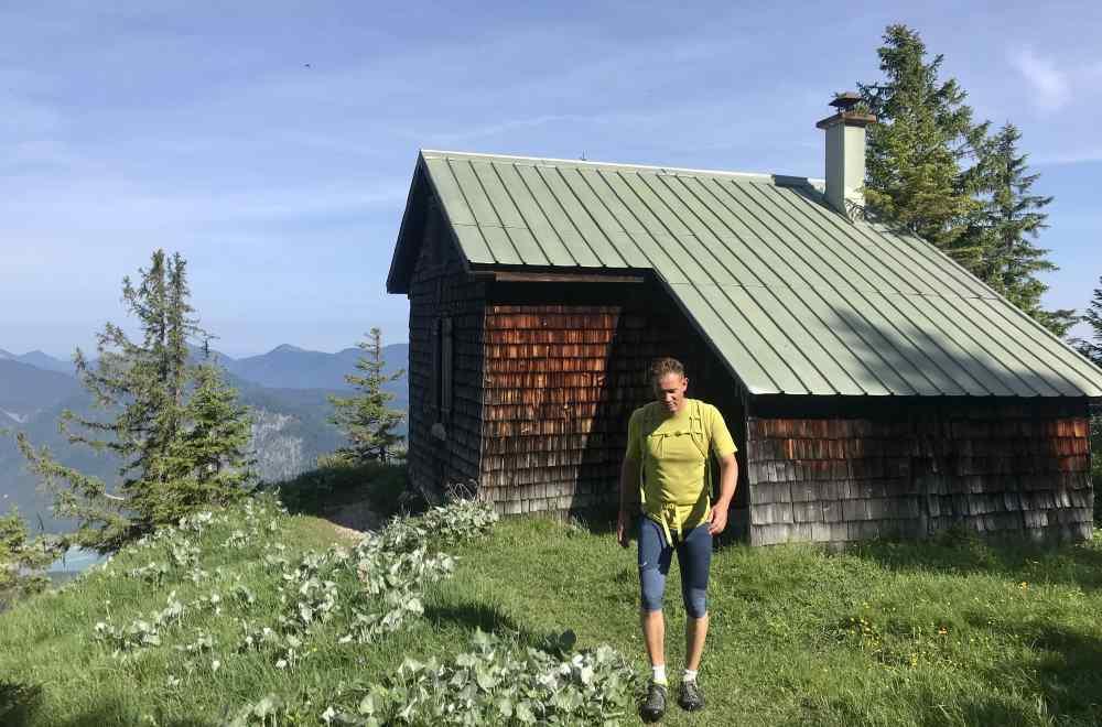 Die kleine Hütte liegt am Weg auf den Dürrenberg