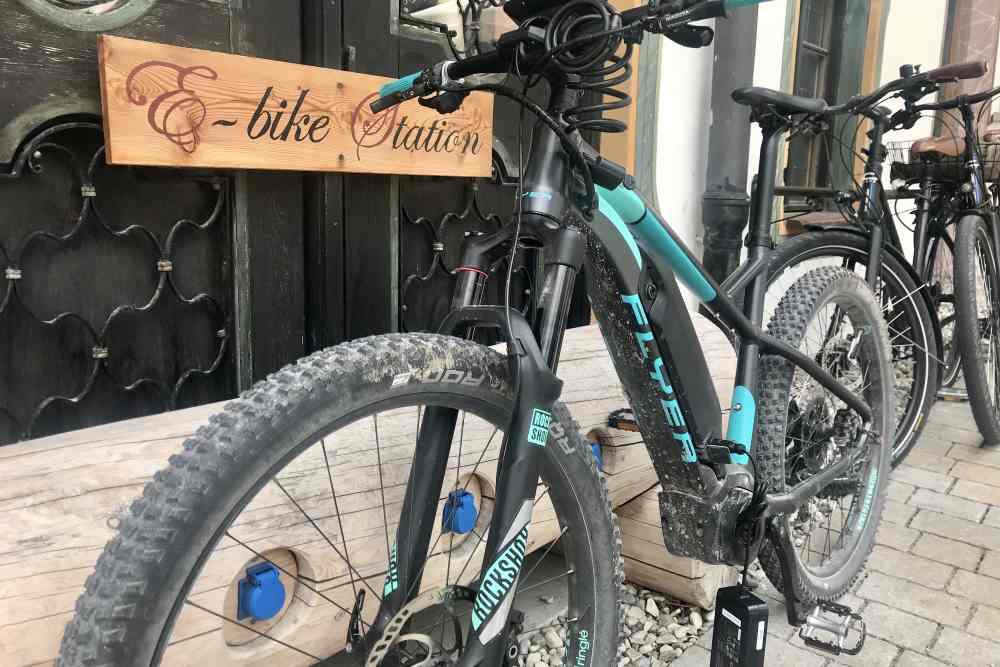 Genügend Steckdosen beim Radlparkplatz: Die E-Bike-Ladestation im Gasthof Post in Wallgau.