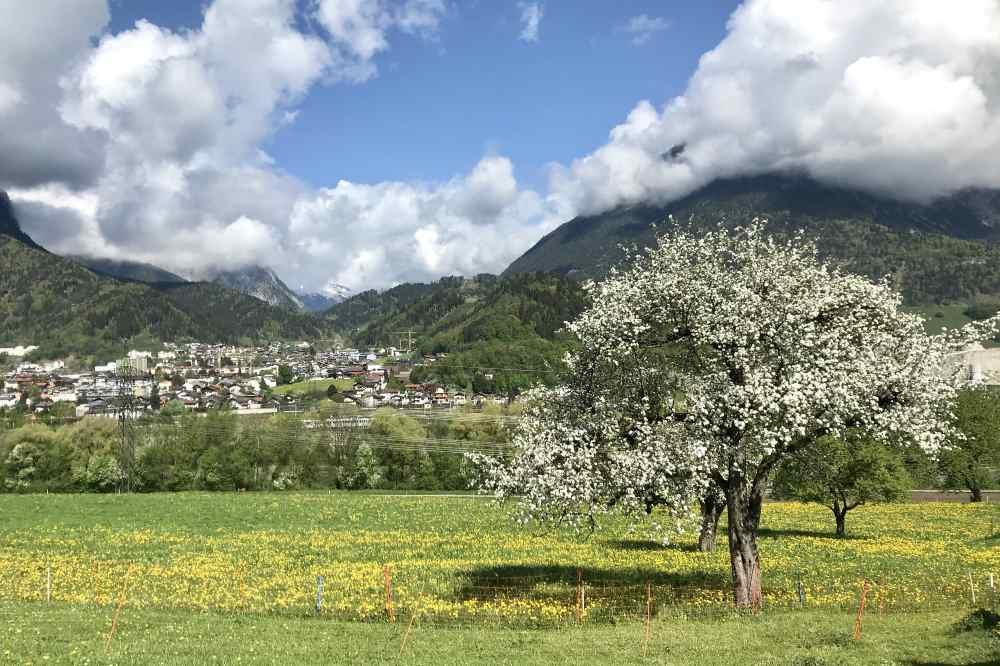 Frühling im Inntal - der Blick auf Jenbach, links das Karwendel, rechts das Rofan, oben die Wolken vom Regen
