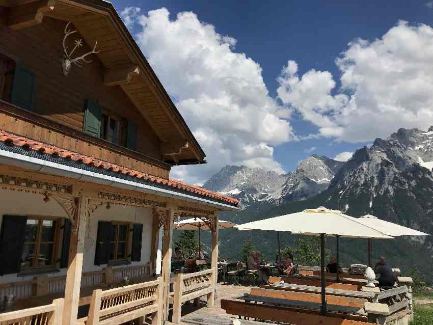 Erst am Kranzberg e-biken - dann auf der Terrasse der Korbinianhütte Pause machen