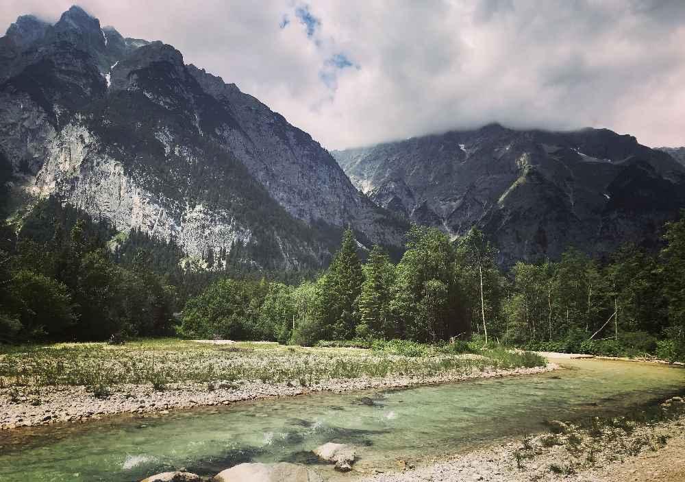 Traumhafte Kulisse an der Leutascher Ache beim E-Biken in Tirol