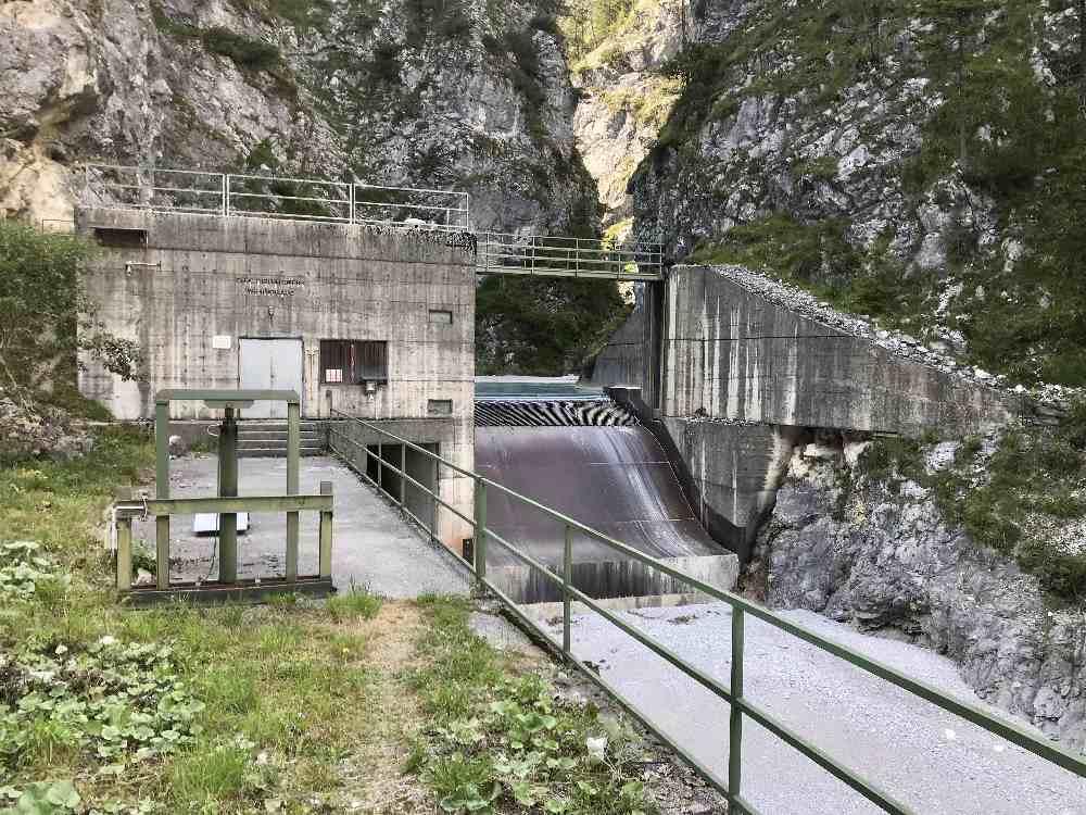 Das ist eines der E-Werke im Vomper Loch, wo ökologischer Strom erzeugt wird