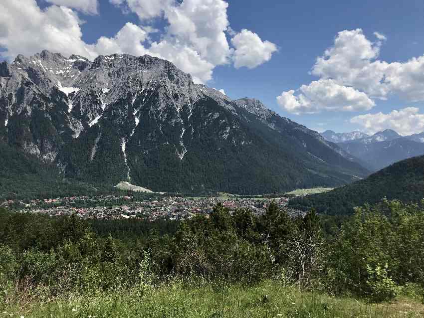 Auf die Korbinianhütte E-Biken und diesen Ausblick zum Karwendel geniessen