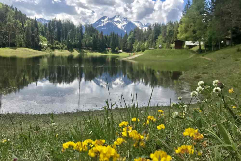 Der Lottensee liegt auf der 3-Seen-Runde mit dem E-Mountainbike in Seefeld