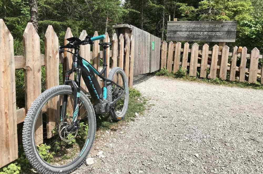 Am Ziel: Beim Fahrradparkplatz am Isarursprung.